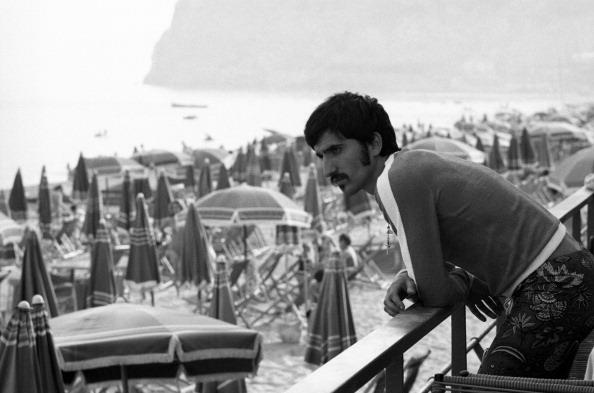 Luigi Meroni obsevando el mar