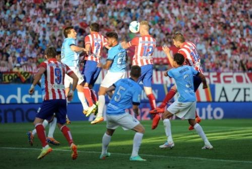 Toby Alderweireld remata a gol en el último Atleti - Málaga | Getty Images