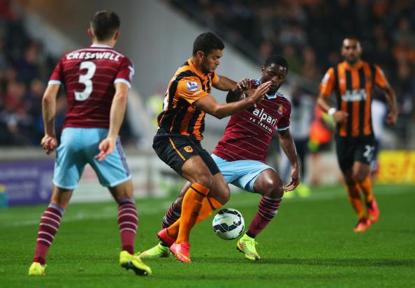 Hatem Ben Arfa pugna por un balón ante Alex Song | Getty Images