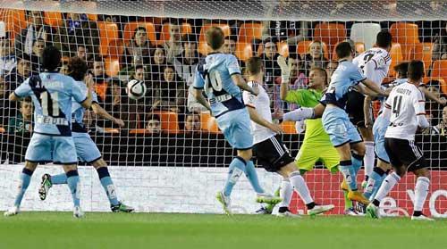 El gol de  Jozabed Sánchez (Rayo) que abrió el marcador en Mestalla.
