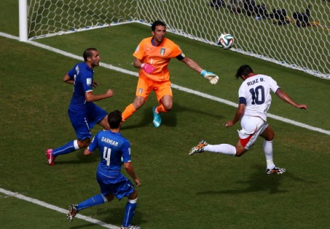 Bryan Ruiz marca vs. Italia en el Mundial 2014 | Getty Images