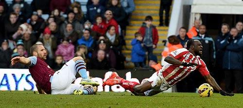 Ron Vlaar hace falta en el área a Victor Moses (Stoke) provocando un penal al minuto 92.