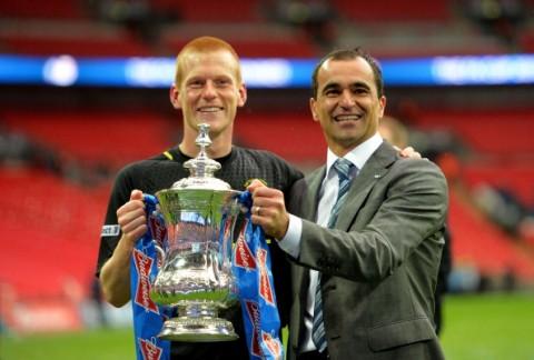 Ben Watson y Roberto Martínez celebran la FA Cup | Getty Images