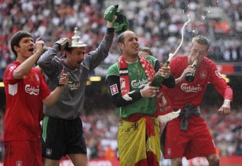Pepe Reina celebra la consecución del título de FA Cup   Getty Images