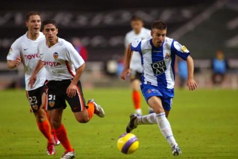 Miguel Pallardó disputa un balón con Luis García en 2006 | Getty