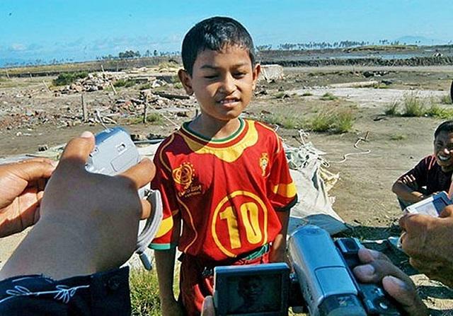 El niño indonesio que sobrevivió al tsunami (2004) con camiseta de Portugal ficha por Sporting