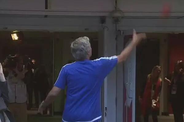 José Mourinho arroja a la grada su medalla