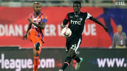 Didier Zokora en el duelo entre Pune City vs. Northeast United