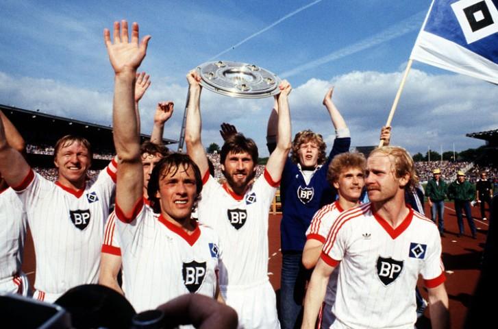 v.li. Horst HRUBESCH, Bernd WEHMEYER, Manfred KALTZ und Lars BASTRUP, HSV, Hamburger SV, jubeln mit der deutschen Meisterschale, QF Hamburger SV Deutscher Meister 1982 Fussball Bundesliga