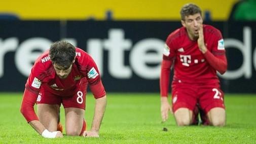 Javi Martínez y Müller se lamentan tras su primera derrota en la Bundesliga 15/16