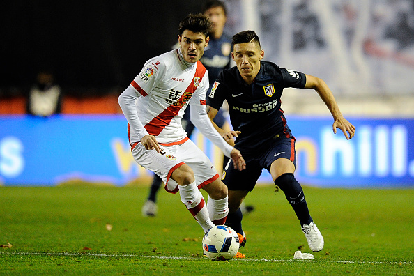 Rayo Vallecano's midfielder Jozabed Sanchez Ruiz (L) vies with Atletico Madrid's Argentinian Matias Kranevitter (L) during the Spanish Copa del Rey (King's Cup) round of 16 first leg football match Club Atletico de Madrid vs CF Rayo Vallecano at the Vallecas stadium in Madrid on January 6, 2016. / AFP / PEDRO ARMESTRE (Photo credit should read PEDRO ARMESTRE/AFP/Getty Images)