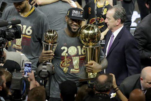 LeBron, con los únicos números que valen, los trofeos | Getty Images