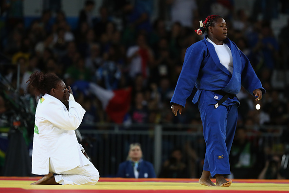 Émilie Andéol de Francia arrodillada tras su triunfo | Getty Images