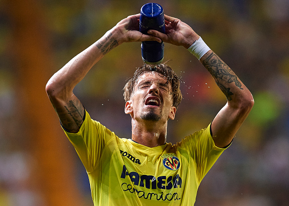 VILLARREAL, SPAIN - AUGUST 17: Samuel Castillejo of Villarreal cools down with water during the UEFA Champions League play-off first leg match between Villarreal CF and AS Monaco at El Madrigal on August 17, 2016 in Villarreal, Spain. (Photo by Manuel Queimadelos Alonso/Getty Images)