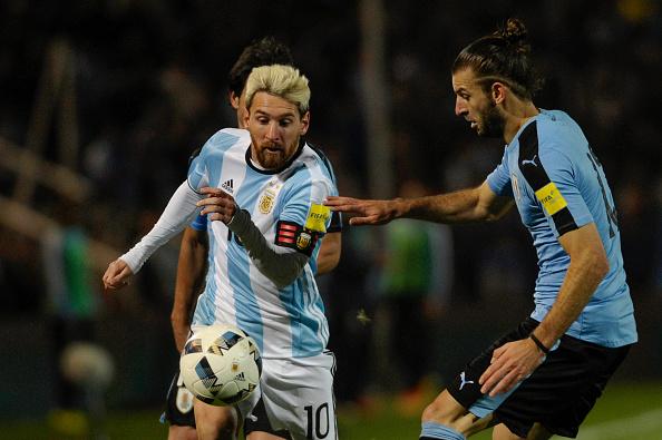Leo Messi v Gastón Silva en el Argentina - Uruguay de hace 3 semanas   Getty Images