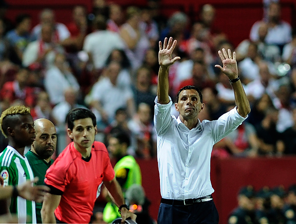 Betis's Uruguayan coach Gustavo Poyet (R) gestures on the sideline during the Spanish league football match Sevilla FC vs Real Betis at the Ramon Sanchez Pizjuan stadium in Sevilla on September 20, 2016. / AFP / CRISTINA QUICLER (Photo credit should read CRISTINA QUICLER/AFP/Getty Images)