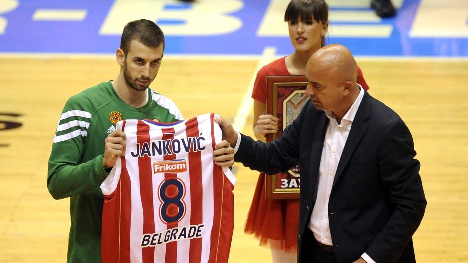 Vlado recoge la eterna camiseta número 8 de su padre del Estrella Roja | Getty