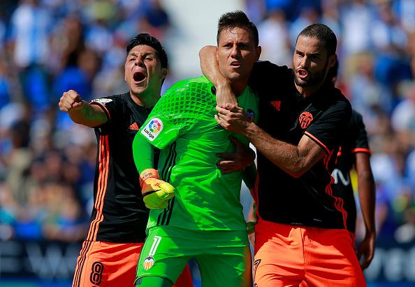 Mario Suárez felicita a Diego Alves tras parar un penalti el pasado domingo | Getty
