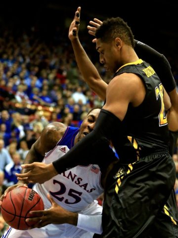 Benimon defendiendo ante un jugador de Kansas
