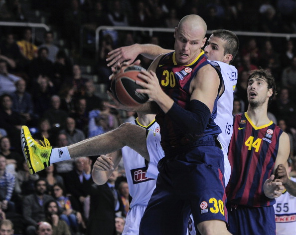 Maciej Lampe con el balón en su poder
