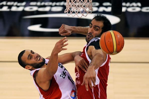 Hamed Haddadi peleando un balón