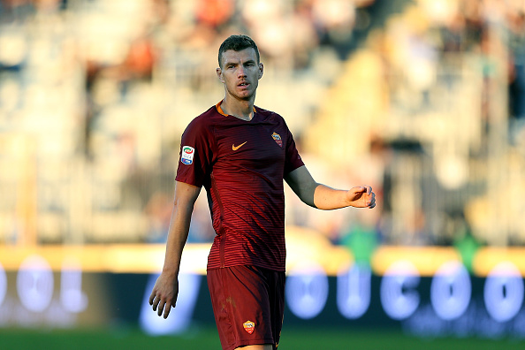 EMPOLI, ITALY - OCTOBER 30: Edin Dzeko of AS Roma in action during the Serie A match between Empoli FC and AS Roma at Stadio Carlo Castellani on October 30, 2016 in Empoli, Italy. (Photo by Gabriele Maltinti/Getty Images)