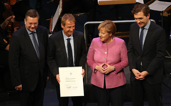 Jürgen Klinsmann junto a Angela Merkel | Getty